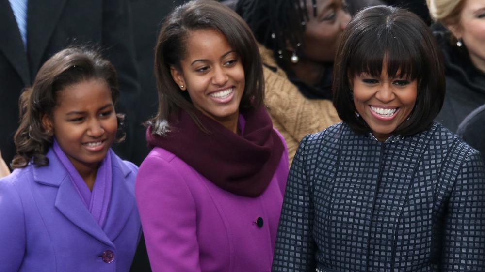 Michelle Obama y sus hijas sonriendo