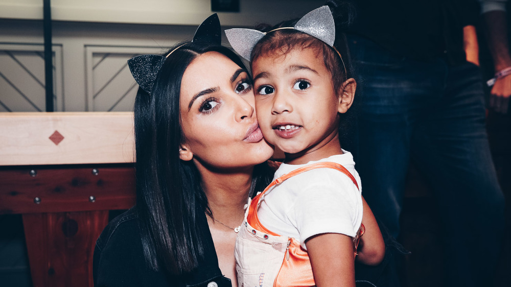 Kim Kardashian besa a North West