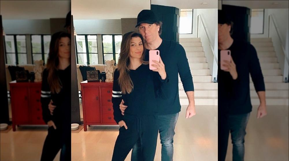Kelsi Taylor y Dane Cook se reflejan en el espejo