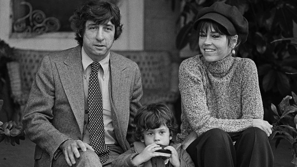 Tom Hayden y Jane Fonda posando para una foto con su pequeño hijo Troy