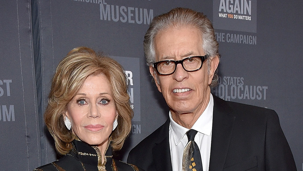 Jane Fonda y Richard Perry en la alfombra roja de un evento de Hollywood