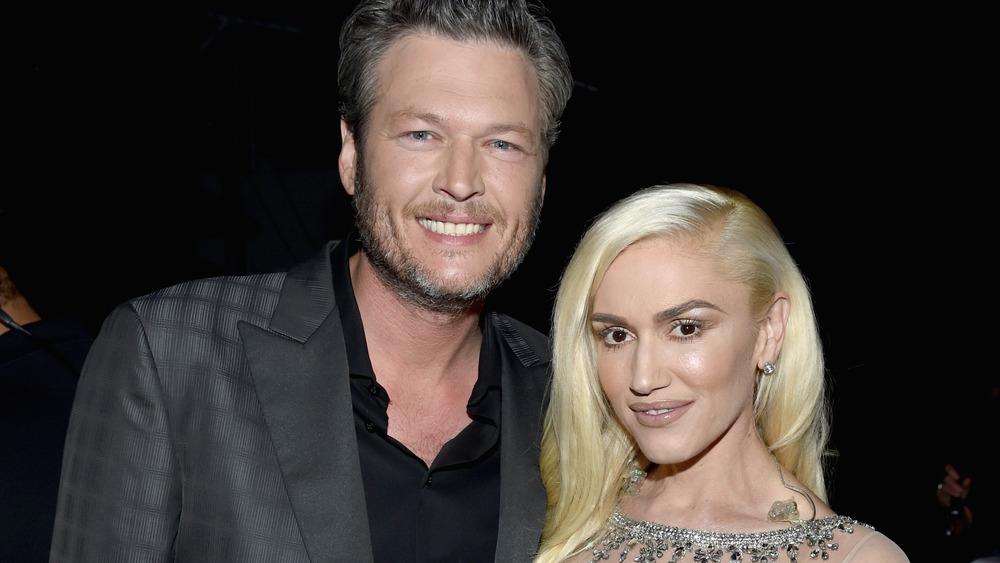 Blake Shelton y Gwen Stefani posando