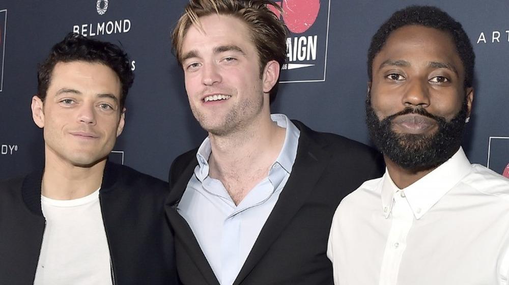 Rami Malek, Robert Pattinson y John David Washington posando juntos