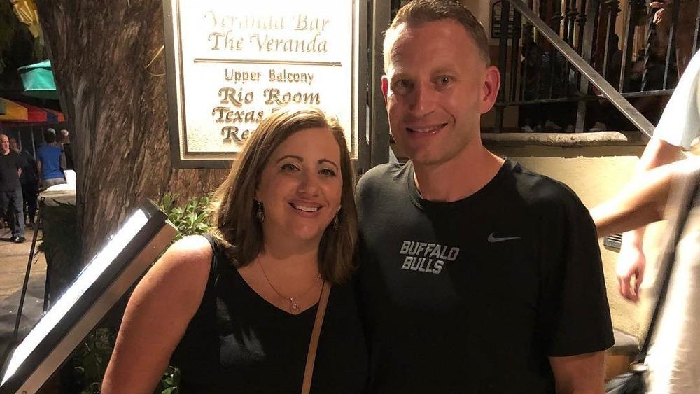Crystal Oats y Nate Oats posando afuera de un restaurante en una foto de Instagram