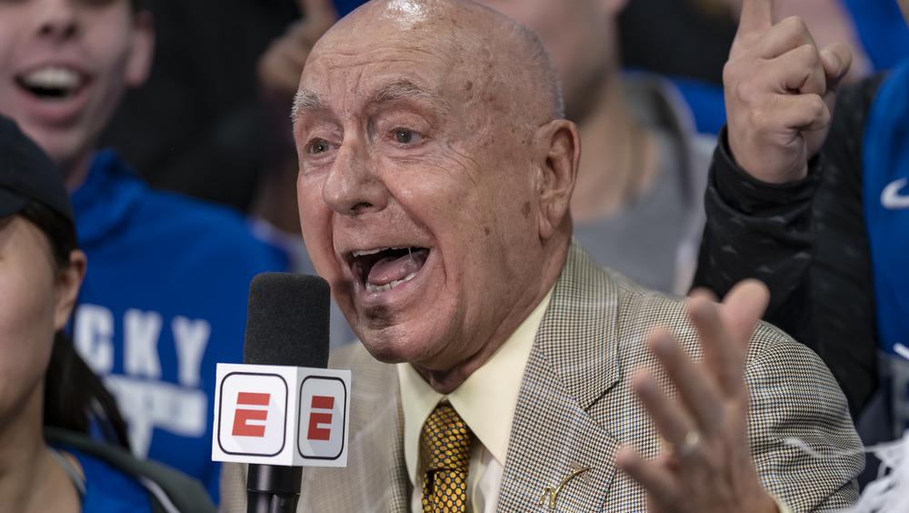 El comentarista deportivo de ESPN Dick Vitale hablando emocionado por un micrófono