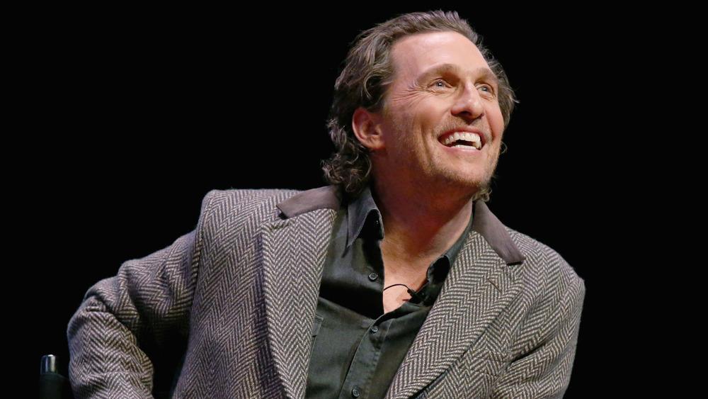 Matthew McConaughey sonriendo y mirando hacia arriba