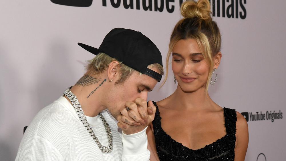 Justin besando la mano de Hailey