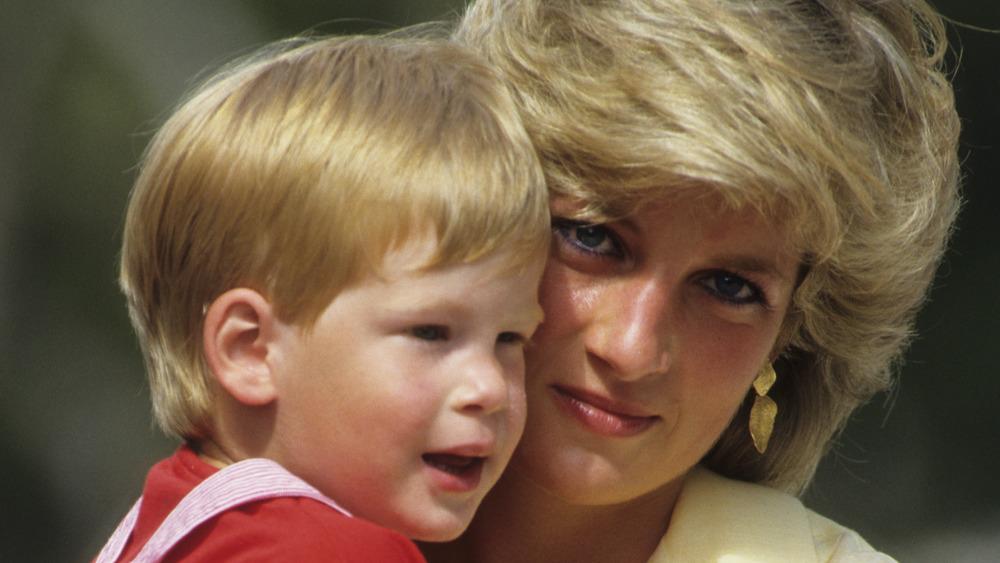 El príncipe Harry y la princesa Diana abrazados frente a las cámaras