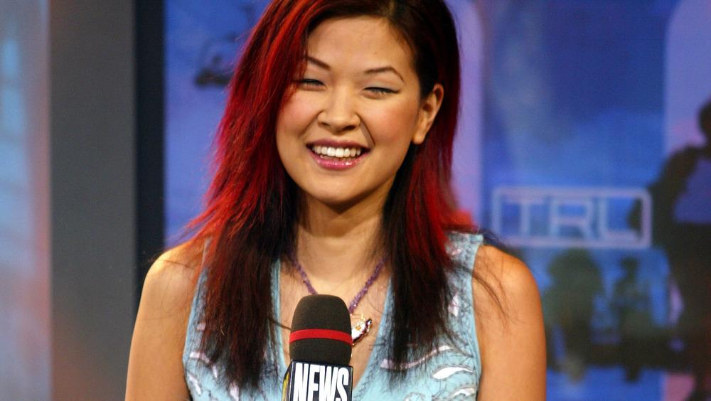 SuChin Park sonriendo mientras sostiene un micrófono de MTV News