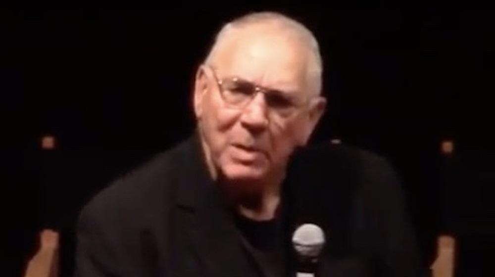 Howard Lyman hablando por un micrófono