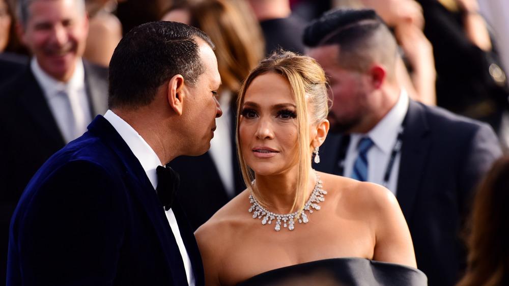 Alex Rodríguez hablando con Jennifer Lopez en la alfombra roja