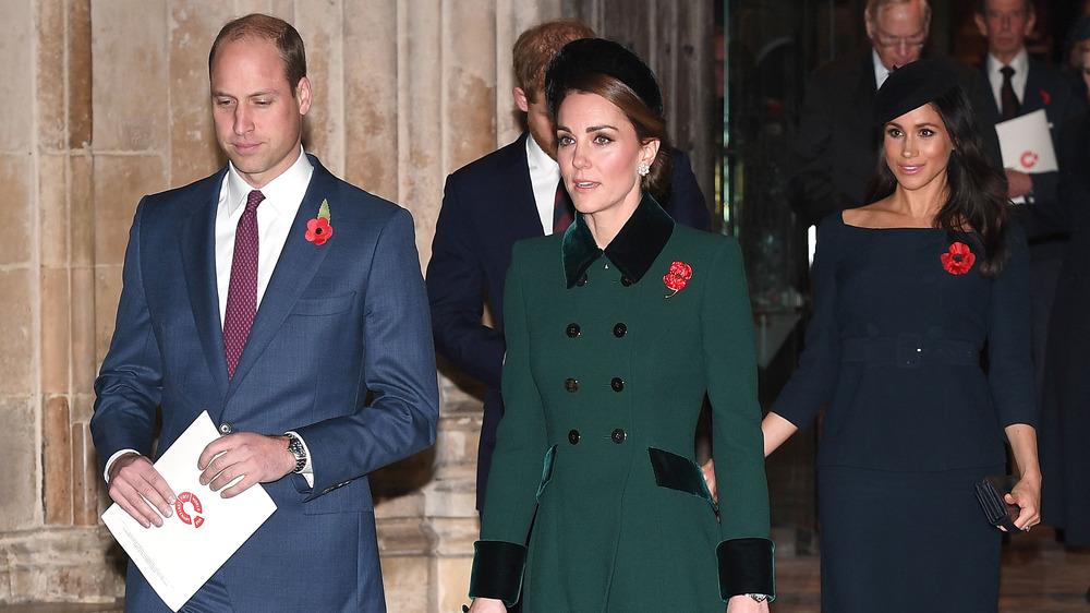 El príncipe William y Kate Middleton caminando delante del príncipe Harry y Meghan Markle