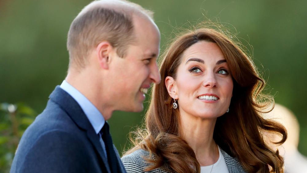 El príncipe William y Kate Middleton sonriendo afuera