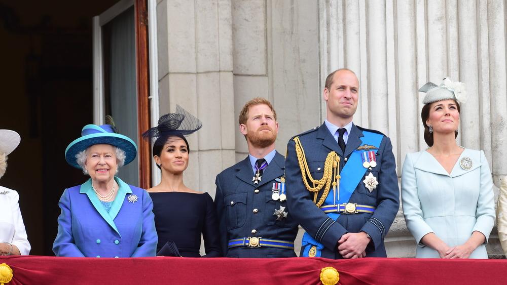 La reina Isabel, Meghan Markle, el príncipe Harry, el príncipe William, Kate Middleton sonriendo en un balcón