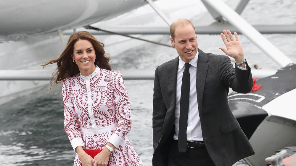 Kate Middleton sonriendo junto al príncipe William saludando