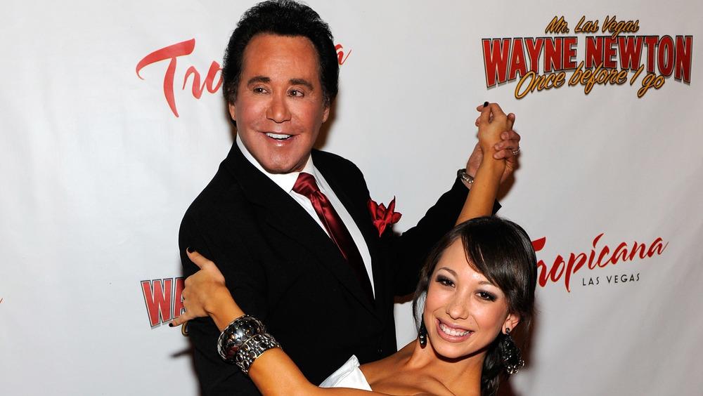 Wayne Newton y Cheryl Burke en una pose de baile en la alfombra roja