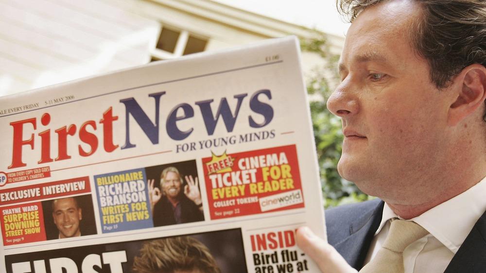 Piers Morgan leyendo un periódico