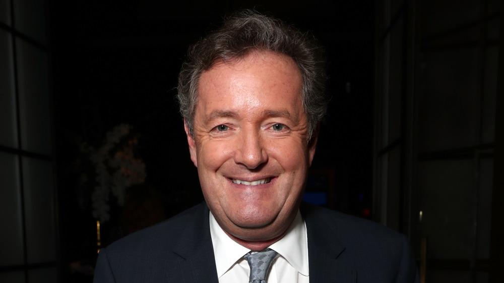Piers Morgan posando para la foto