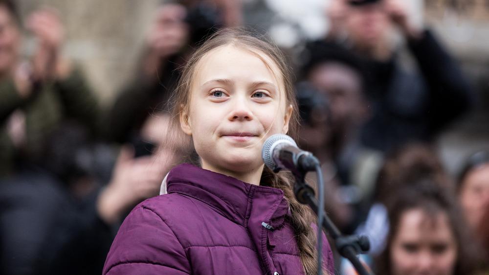 Greta Thunberg hablando a una multitud
