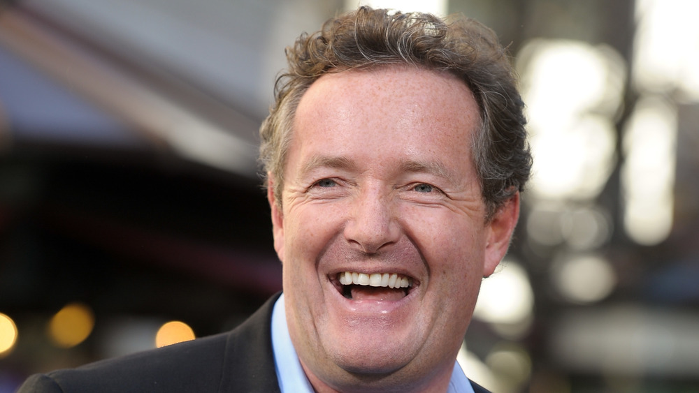 Piers Morgan riendo