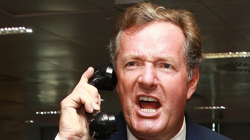 Piers Morgan gritando en un teléfono