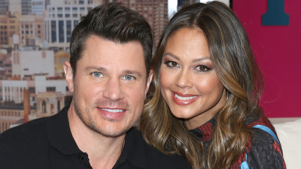 Nick y Vanessa Lachey sonriendo en el set