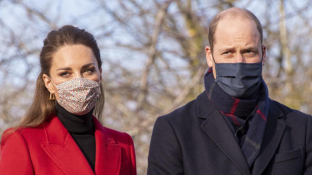 Kate Middleton y el príncipe William con máscaras
