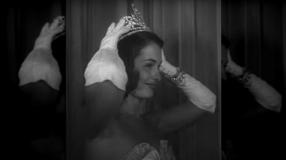 Yolande Betbeze coronando a su sucesora