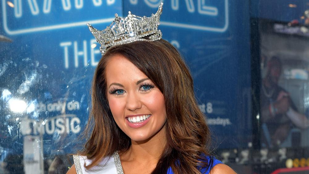 Cara Mund sonriendo con su corona y fajín de Miss América