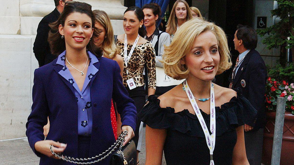 Rebekah Revels y Misty Clymer salen de un evento de concurso