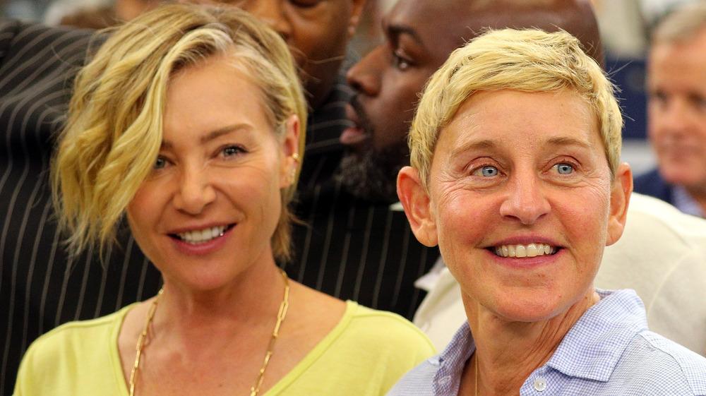 Portia de Rossi y Ellen DeGeneres sonriendo