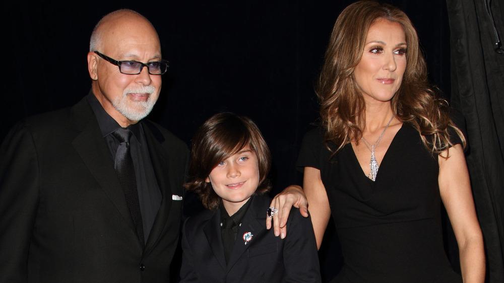 Celine Dion, René Angélil y René-Charles Angélil posando juntos en un evento