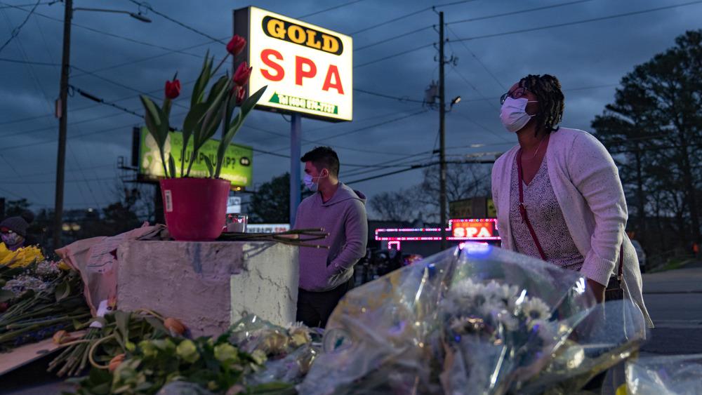 Un monumento fuera de uno de los balnearios de Atlanta victimizados