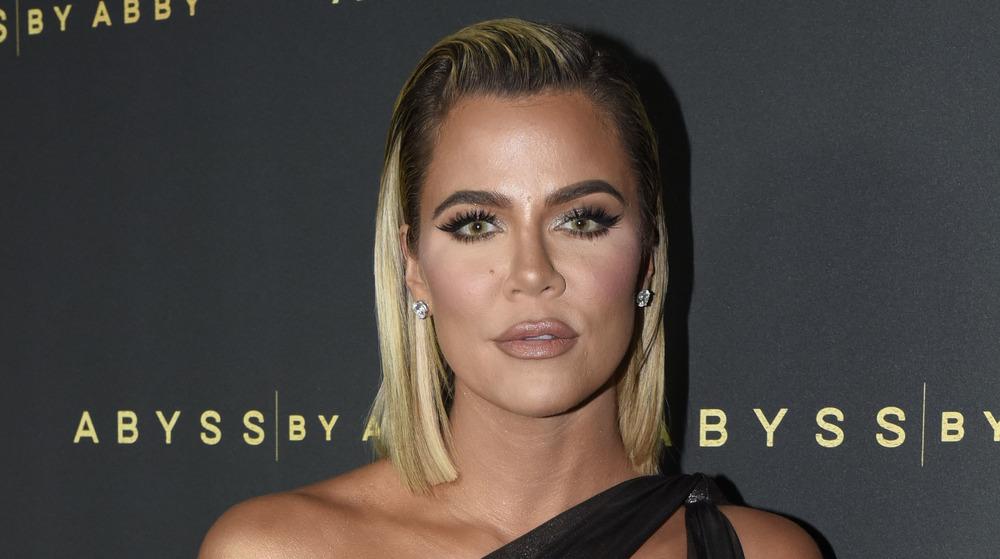 Khloe Kardashian peinado hacia atrás