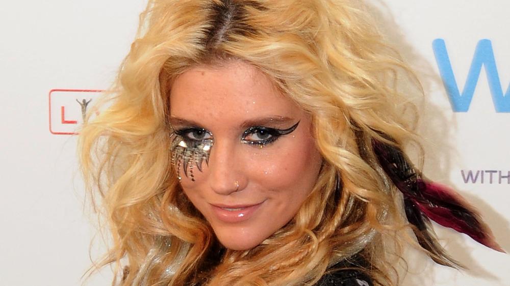 Kesha sonriendo