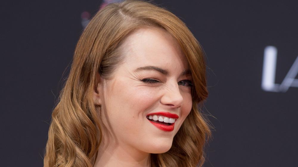 Emma Stone guiñando un ojo