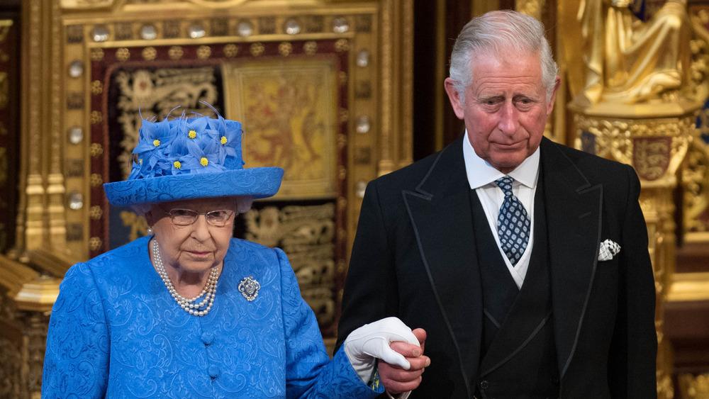 La reina Isabel, el príncipe Carlos, sombrío