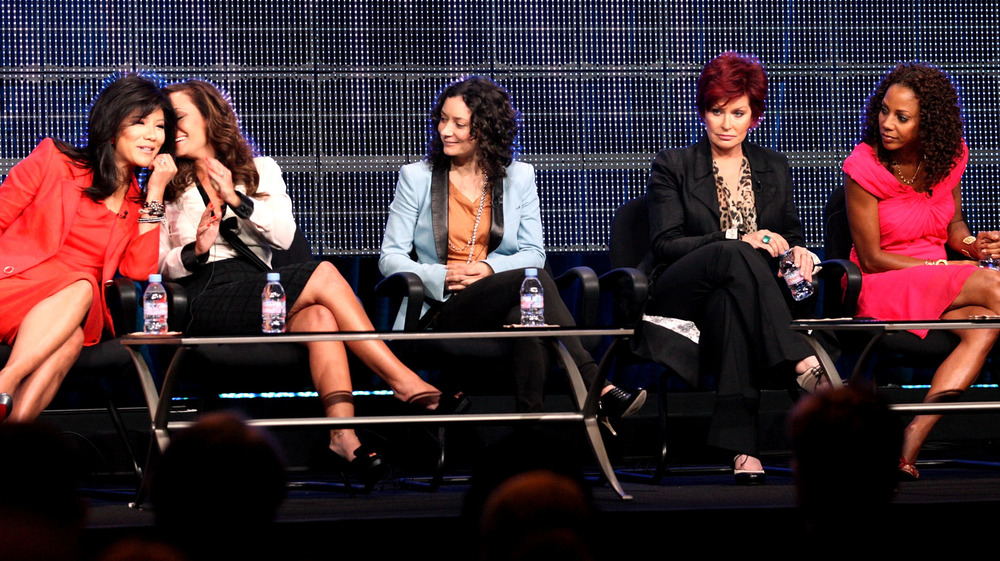 Julie Chen, Leah Remini, Sara Gilbert, Sharon Osbourne y Holly Robinson Peete en un panel de discusión para The Talk