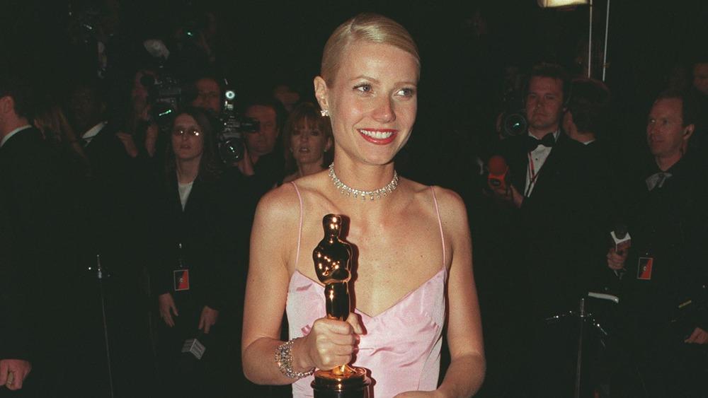 Gwyneth Paltrow sosteniendo un Oscar