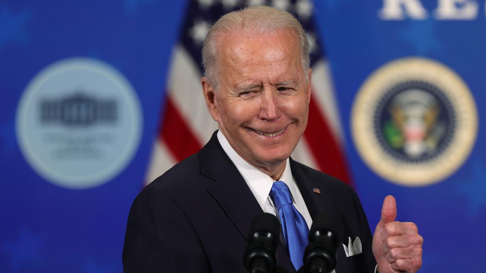 Joe Biden dando pulgar hacia arriba