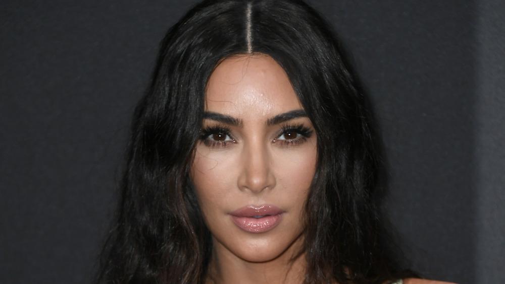 Kim Kardashian mirando