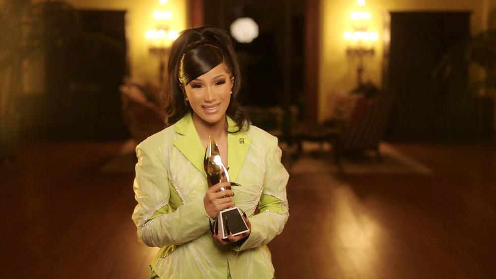 Cardi B acepta el premio Mujer del año durante el Billboard Women In Music 2020