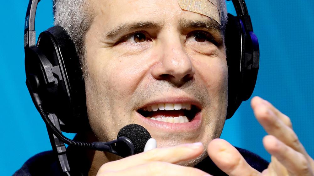 Andy Cohen habla en el escenario de un evento