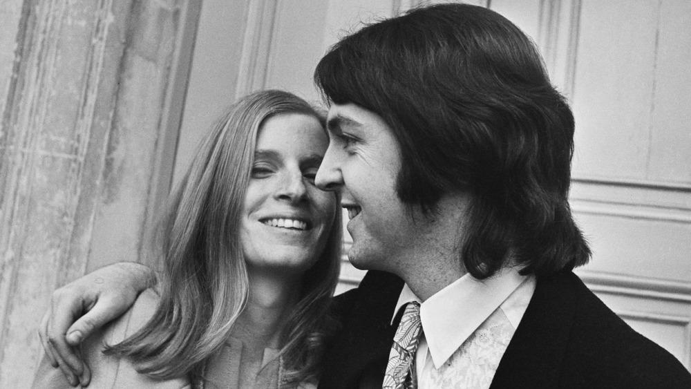 Linda McCartney sonriendo con John McCartney