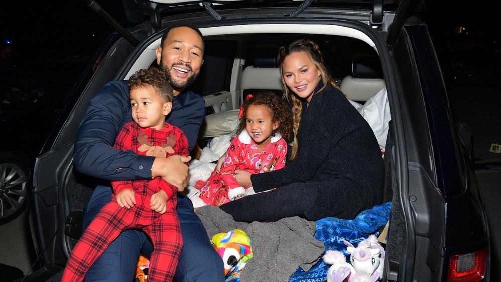 Chrissy Teigen con su familia en un auto
