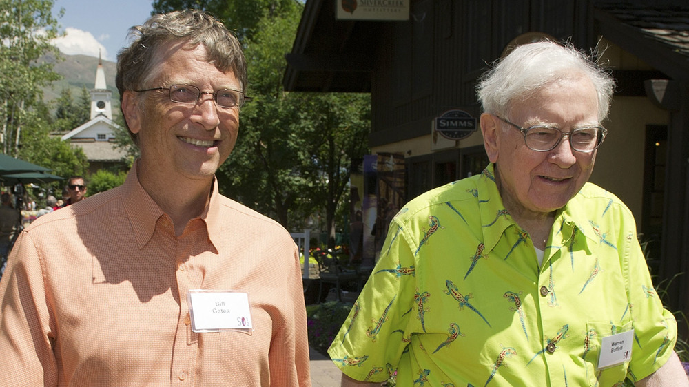 Bill Gates y Warren Buffett con camisas brillantes