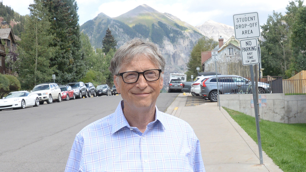 Bill Gates parado afuera