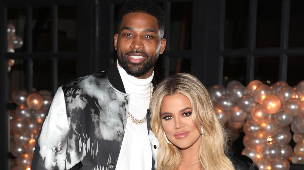 Khloe Kardashian y Tristan Thompson sonriendo en un evento
