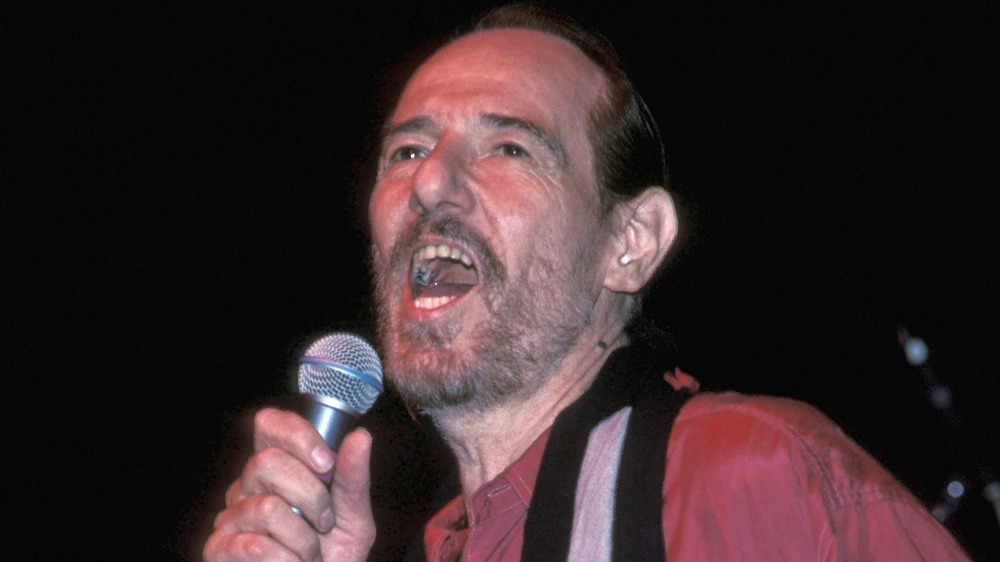 John Phillips cantando