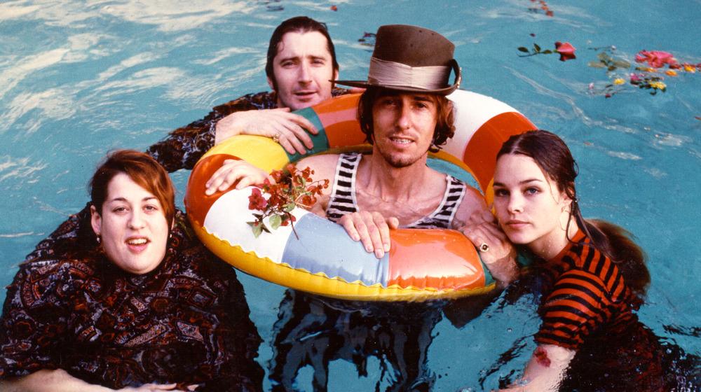 The Mamas and the Papas en una piscina